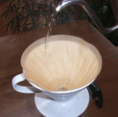 コーヒーの濾過をするための濾紙があります。濾紙に向かってお湯が注がれています。