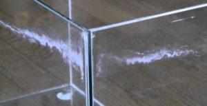 水槽のガラス面にエアレーションの気泡がはじけて飛び散った水滴がかかります。それが乾燥してガラス面に白くカルシウム成分などがこびりついてしまいます。